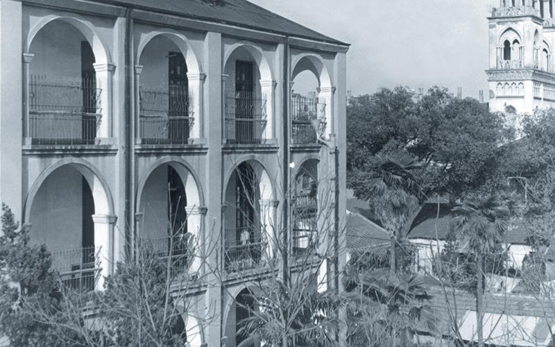 圣心医院老建筑,后改造为医院干部病房、内儿科病房,1997年5月拆除。远处为法国天主大教堂,建成时为远东三大教堂之一。
