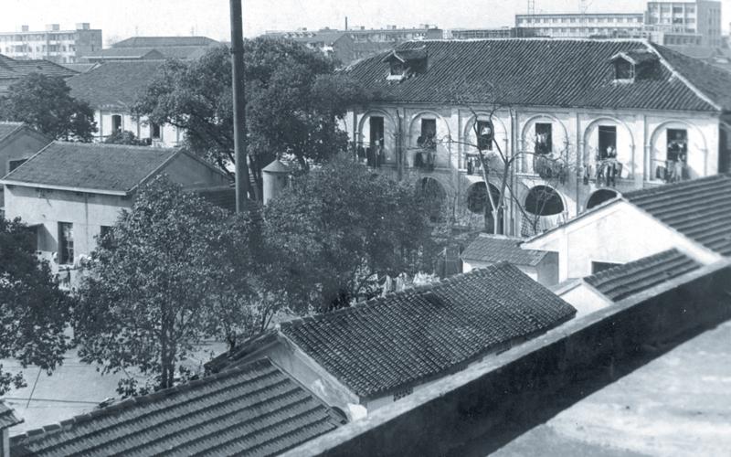 解放前仁爱堂孤儿大班,后改造为内科五病区病房,旁边矮房是临时X光室。